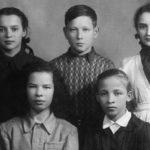 Сергей Голубков со своими одноклассницами. С Таней Кореньковой-Додух (стоит слева) Сергей дружил всю жизнь.