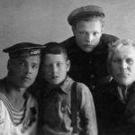 Дедушка Еспер Всеволодович Иванов со своими внуками Леонидом, Сергеем и Густавом Голубковыми.